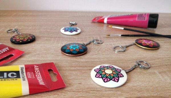 Porte-clefs mandala en bois peint et verni