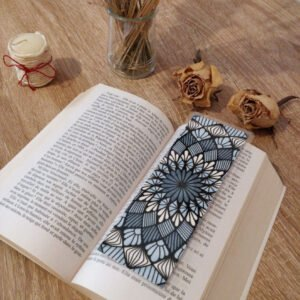 Marque-page mandala coloré, mise en situation